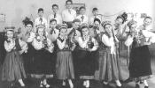 """Bērnu tautas deju grupa """"Jautrais Pāris"""" Vircburgā, 1947.g."""