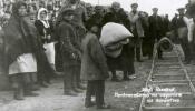 Latviešu bēgļi atgriežoties no Krievijas, Rēzeknes dzelzceļa stacijā ceļā uz karantīnas nometni, 1921.g.