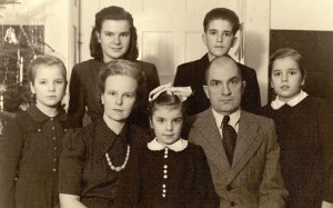 Simsonu ģimenes fotogrāfija 1949.g. Ziemassvētkos, kas tika sūtīta iespējamiem sponsoriem ASV.
